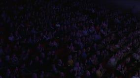 De mensen juichen in de bioscoop toe stock videobeelden