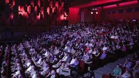 De mensen juichen in het theater toe stock footage