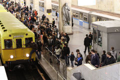De mensen kijken uitstekende metroauto's Stock Afbeelding