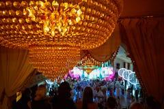 De mensen kijken van balkon aan het dansen Royalty-vrije Stock Fotografie