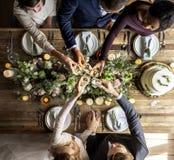 De mensen klampen zich Wijnglazen op Huwelijksontvangst met Bruid en Bruidegom vast stock afbeeldingen