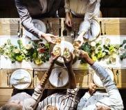 De mensen klampen zich Wijnglazen op Huwelijksontvangst met Bruid en Gr. vast stock foto's