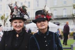 De mensen kleedden zich in Kolossale erakleding in een markt tijdens de bankvakantie van Mei in Cobh, Ierland royalty-vrije stock foto's