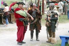 De mensen kleedden zich in middeleeuwse kostuums royalty-vrije stock foto's