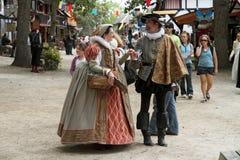 De mensen kleedden zich in middeleeuwse kostuums Royalty-vrije Stock Fotografie