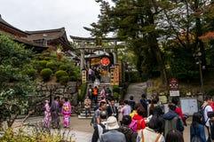 De mensen komen en uit van Kiyomizu-Tempel in Kyoto binnen Royalty-vrije Stock Afbeeldingen