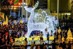 De mensen komen verlichten omhoog samen gebeurtenis, om Kerstmisdag en Gelukkig nieuw jaar 2017 te vieren Stock Afbeeldingen