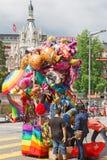 De mensen kopen ballons in de vorm van een beeldverhaal Stock Afbeelding