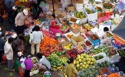 De mensen kopen en verkopen fruit bij markt. DA LAT, VIETNAM 8 FEBRUARI, 2013 royalty-vrije stock foto's