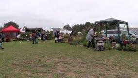 De mensen kopen installaties en natuurvoeding in botanisch festival worden verkocht dat stock footage
