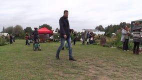 De mensen kopen installaties en natuurvoeding in botanisch festival worden verkocht dat stock videobeelden