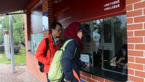 De mensen kopen kaartje bij het park in Tchang-cha, China stock videobeelden