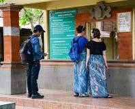 De mensen kopen kaartjes voor ingang aan de Olifantstempel in het eiland van Bali, Indonesië Royalty-vrije Stock Afbeeldingen