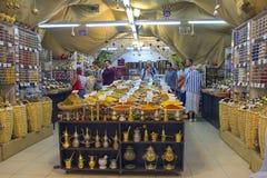 De mensen kopen kruiden en kruiden in de Arabische markt in Israël, Jeruzalem Stock Foto