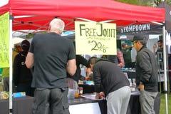 De mensen kopen Marihuana tijdens de Dag van Vancouver ` s 4-20 Royalty-vrije Stock Foto