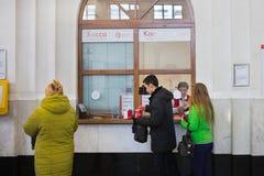 De mensen kopen ondergronds kaartje bij kassa in Moskou Moskou, 08,2018 Maart, Stock Foto's
