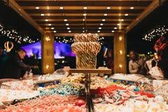 De mensen kopen snoepjes bij de box van de oogst` n ` mengeling in de Markt van het de Wintersprookjesland in Londen Stock Foto's