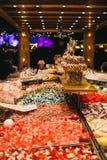De mensen kopen snoepjes bij de box van de oogst` n ` mengeling in de Wintersprookjesland Stock Afbeeldingen