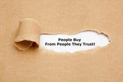 De mensen kopen van mensen die zij hebben vertrouwd op stock afbeeldingen