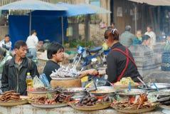 De mensen kopen voedsel bij de straatmarkt in Luang Prabang, Laos Royalty-vrije Stock Fotografie