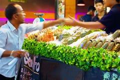 De mensen kopen zeevruchten op de markt van de vrijdagnacht, Koh Samui, Thailand Op 30 Januari, 2015 Royalty-vrije Stock Foto's