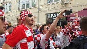 De mensen in Kroatisch nationaal voetbalteam dragen stock video