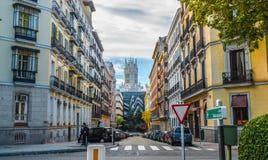 De mensen kruisen de Straat, in de Stad van Madrid, Spanje Stock Foto
