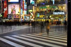 De mensen kruisen de straat in shibuya, Tokyo, Japan Royalty-vrije Stock Fotografie