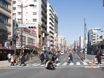 De mensen kruisen de straat in Tokyo Royalty-vrije Stock Afbeeldingen