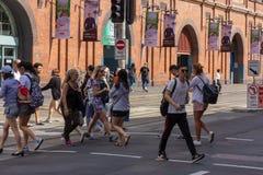 De mensen kruisen straat royalty-vrije stock fotografie