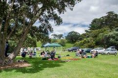 De mensen kunnen gezien hebbend hun picknick bij het Regionale Park van Mahurangi, Nieuw Zeeland Stock Fotografie