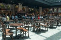 De mensen kunnen gezien hebbend hun voedsel in het voedselhof in de Hooglanden van Genting van de Hemelweg Royalty-vrije Stock Afbeeldingen