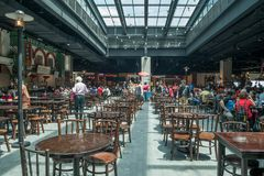 De mensen kunnen gezien hebbend hun voedsel in het voedselhof in de Hooglanden van Genting van de Hemelweg Royalty-vrije Stock Foto's