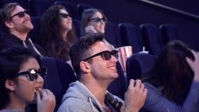De mensen lachen bij de bioscoop stock video