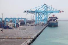 De mensen laden vrachtboot die aan industriële haven wordt gedokt Royalty-vrije Stock Afbeelding
