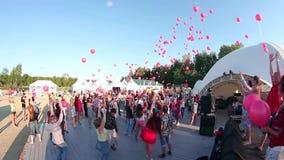 De mensen laten van ballons gaan De mensen op vakantie laten van ballons gaan Partij met rode ballons stock video