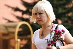 De mensen leggen bloemen bij de Eeuwige vlam in Aleksandrovsk aan een tuin in Victory Day Royalty-vrije Stock Foto's