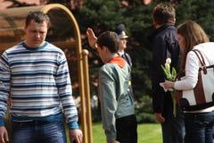 De mensen leggen bloemen bij de Eeuwige vlam in Aleksandrovsk aan een tuin in Victory Day Stock Afbeeldingen