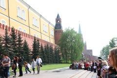 De mensen leggen bloemen bij de Eeuwige vlam in Aleksandrovsk aan een tuin in Victory Day Stock Foto's