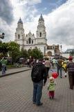 De mensen leiden naar de kerk van Gr Quinche in Quinche in Ecuador Royalty-vrije Stock Afbeelding