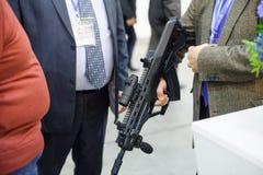 De mensen letten op automatische wapens bij de tentoonstelling royalty-vrije stock fotografie