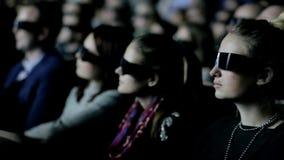 De mensen letten op 3D Bioskoop stock footage