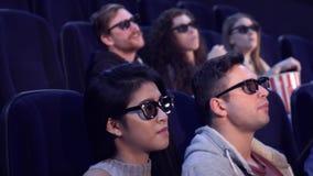 De mensen letten op 3D film bij de bioscoop Vector Illustratie