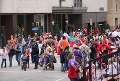 De mensen letten op de parade van Kerstmis Stock Fotografie