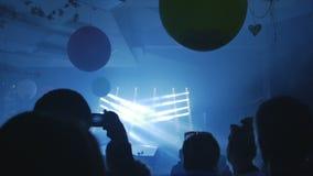 De mensen letten op licht tonen stock footage