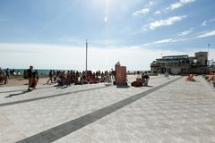 De mensen letten op prestaties van een poppentheater in Brighton Royalty-vrije Stock Afbeelding