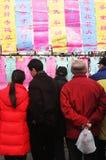 De mensen lezen goede gelukberichten in China. Chinees Nieuwjaar celebr stock foto