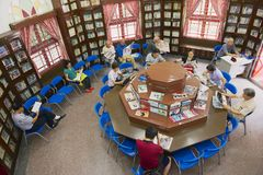 De mensen lezen kranten en tijdschriften in de Chinese openbare bibliotheek in Sao Francisco Garden in Macao, China Stock Foto's