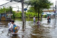De mensen lopen bij de overstroming van weg, de Overstroming van Bangkok Royalty-vrije Stock Foto