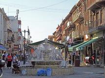 De mensen lopen bij de fontein in Edirne Royalty-vrije Stock Fotografie
